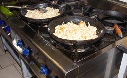Зажаренное в духовке мясо зажарено в griddle для варить в ресторане, конец-вверх, есть стоковое изображение rf
