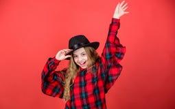 Заканчивайте связь мой стиль моды Тенденция моды Как стильно i в этой шляпе Ребенк девушки милый нести модную шляпу мало стоковые изображения rf