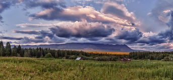 закат в уральских горах на тулымск. Sunset in the Ural mountains in tulymskom stone, houses, panorama. Ural forest, mountain range Royalty Free Stock Photography