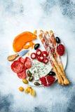 Закуски ставят на обсуждение с закусками antipasti Подлинный традиционный испанский диск тап набора, сыра и мяса стоковое изображение