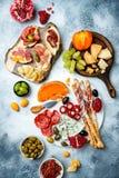 Закуски ставят на обсуждение с закусками antipasti Bruschetta или подлинный традиционный испанский диск тап набора, сыра и мяса стоковая фотография