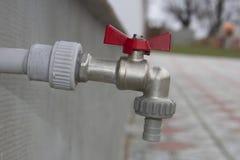 Закрытый водопроводный кран на стене на открытом воздухе стоковые изображения rf