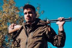 Закрытый и открытый сезон звероловства Человек держа корокоствольное оружие Poacher при винтовка пятная некоторых оленей Противоз стоковые изображения rf