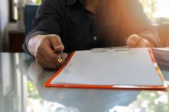 Закройте вверх контракта бизнесмена подписывая делая дело стоковые изображения rf