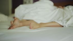 Закройте вверх на ногах младенца в кровати сток-видео
