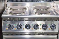 Закройте вверх по современному плиты индукции электрической и много шкала ручки на пульте управления для промышленной еды стоковое изображение rf