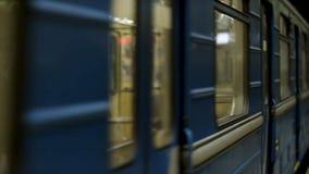 Закройте вверх для окон подземного экипажа на станции метро Двигая окна пустого поезда метро стоковое фото