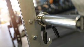 Закройте вверх сжатия штанги на держателе для штанги стоковое изображение