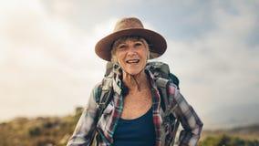 Закройте вверх старшего женского hiker стоковые изображения