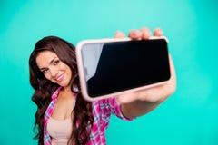 Закройте вверх фото красивое она ее дама держит для того чтобы выглядеть, что умным телефоном сделала для того чтобы принять self стоковые изображения