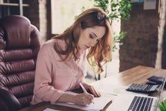 Закройте вверх фото красивое она ее руководитель компании недвижимости покупателя покупки приобретения контракта страницы ручки в стоковое изображение