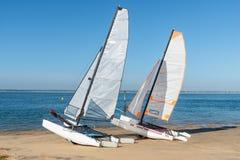 Залив Arcachon, Франция, катамараны на пляже стоковые фотографии rf