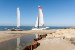 Залив Arcachon, Франция, катамараны на пляже стоковые изображения
