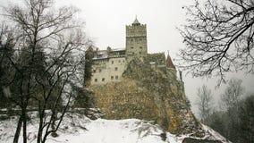 Замок отрубей в снежном зимнем дне стоковое изображение