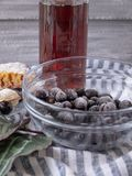 Замороженные ягоды в стеклянном шаре, стекле красного сока стоковые фото