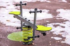 Замороженный outdoors seesaw в спортивной площадке