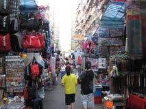 Занятая улица рынка в Mong Kok, Гонконге стоковое фото
