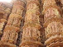 Западная группа в составе виски Khajuraho, место наследия ЮНЕСКО, известна для своих эротичных скульптур, Индии, ясного дня стоковое фото
