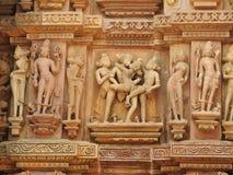 Западная группа в составе виски Khajuraho, место наследия ЮНЕСКО, известна для своих эротичных скульптур, Индии, ясного дня стоковое фото rf