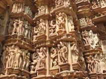Западная группа в составе виски Khajuraho, место наследия ЮНЕСКО, известна для своих эротичных скульптур, Индии, ясного дня стоковое изображение rf