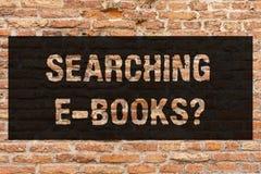 Запись показа примечания ища e Booksquestion Фото дела showcasing ищущ чтение онлайн литературы современное стоковые изображения rf