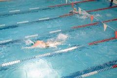 Заплыв в бассейне Закрытый бассейн Заплыв для скорости Конкуренция заплывания стоковое фото rf