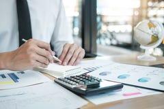 Заявление баланса активов и пассивов анализировать бухгалтера бизнесмена работая и отчете о расчетливого расхода финансовое ежего стоковая фотография rf