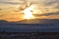 Заход солнца в белых песках дезертирует стоковое изображение