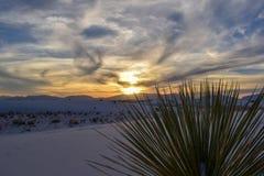Заход солнца в белых песках дезертирует стоковые изображения rf
