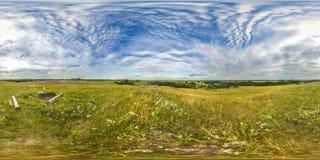 Заход солнца или восход солнца в зеленом поле с голубым небом Изображение со сферически панорамой 3D с углом наблюдения 360 Подго стоковые фотографии rf
