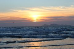 Заход солнца над Атлантическим океаном Галицией иллюстрация вектора