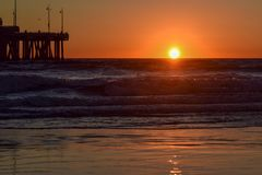 Заход солнца над пристанью пляжа Венеции в Лос-Анджелесе, Калифорния стоковые изображения rf
