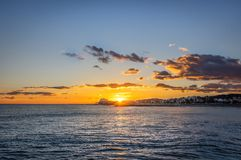 Заход солнца на каникулах в среднеземноморском Золотой час морем sitges Испания стоковые фото