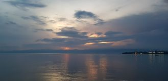 Заход солнца на море; Озеро Kivu, Руанда - туристские назначения стоковое изображение