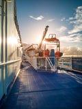 Заход солнца на палубе огромного сосуда туристического судна стоковая фотография
