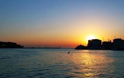 Заход солнца на пляже на горячий летний день Праздники на среднеземноморском напольно стоковая фотография rf