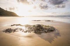 Заход солнца на пляже залива byron стоковое изображение rf