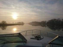 Заход солнца на реке Trent Ноттингеме пока вне курсирующ на шлюпке стоковые фотографии rf