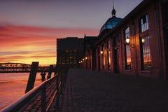 Заход солнца на Fischmarkt в Гамбурге стоковое изображение