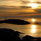 Заход солнца, скалы и корабль на горизонте стоковые изображения rf