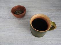 Зеленая бамбуковая кофейная чашка цилиндра, продукт природы от бамбука, с предпосылкой горного вида стоковое фото