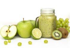 Зеленый здоровый smoothie в стеклянном опарнике: киви, виноградины, груша, зеленое Яблоко, известка и авокадо Vegan, вегетарианск стоковое изображение