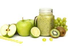 Зеленый здоровый smoothie в стеклянном опарнике: киви, виноградины, груша, зеленое Яблоко, известка и авокадо Vegan, вегетарианск стоковые изображения rf