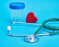 Зеленый медицинский стетоскоп и красное декоративное сердце стоковое изображение rf