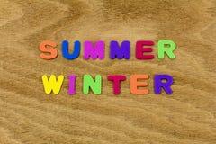 Зима лета приправляет горячие холодные письма детей стоковые фотографии rf