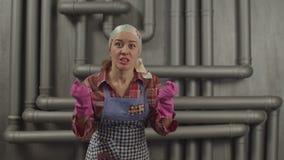Злодействованная домохозяйка со сжатыми кулаками кричащими сток-видео