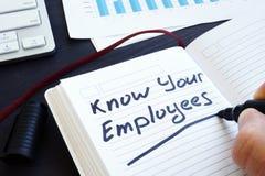 Знайте ваших работников написанных в примечании Управление людей стоковые фотографии rf