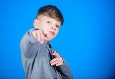 Знайте серию о стиле Счеснный его стилю Стиль причесок мальчика современный носит предпосылку официального костюма стиля голубую  стоковое изображение