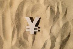 Знак иен на песке стоковое фото rf