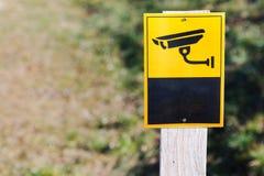 Знак камеры слежения дальше установленный на простую доску бесплатная иллюстрация